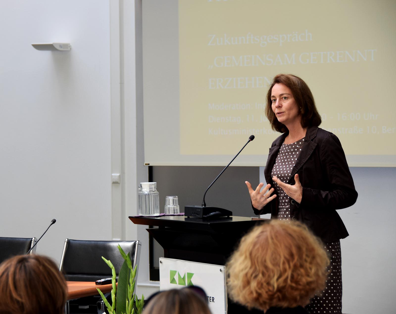 Dr. Katarina Barley spricht an einem Rednerpult
