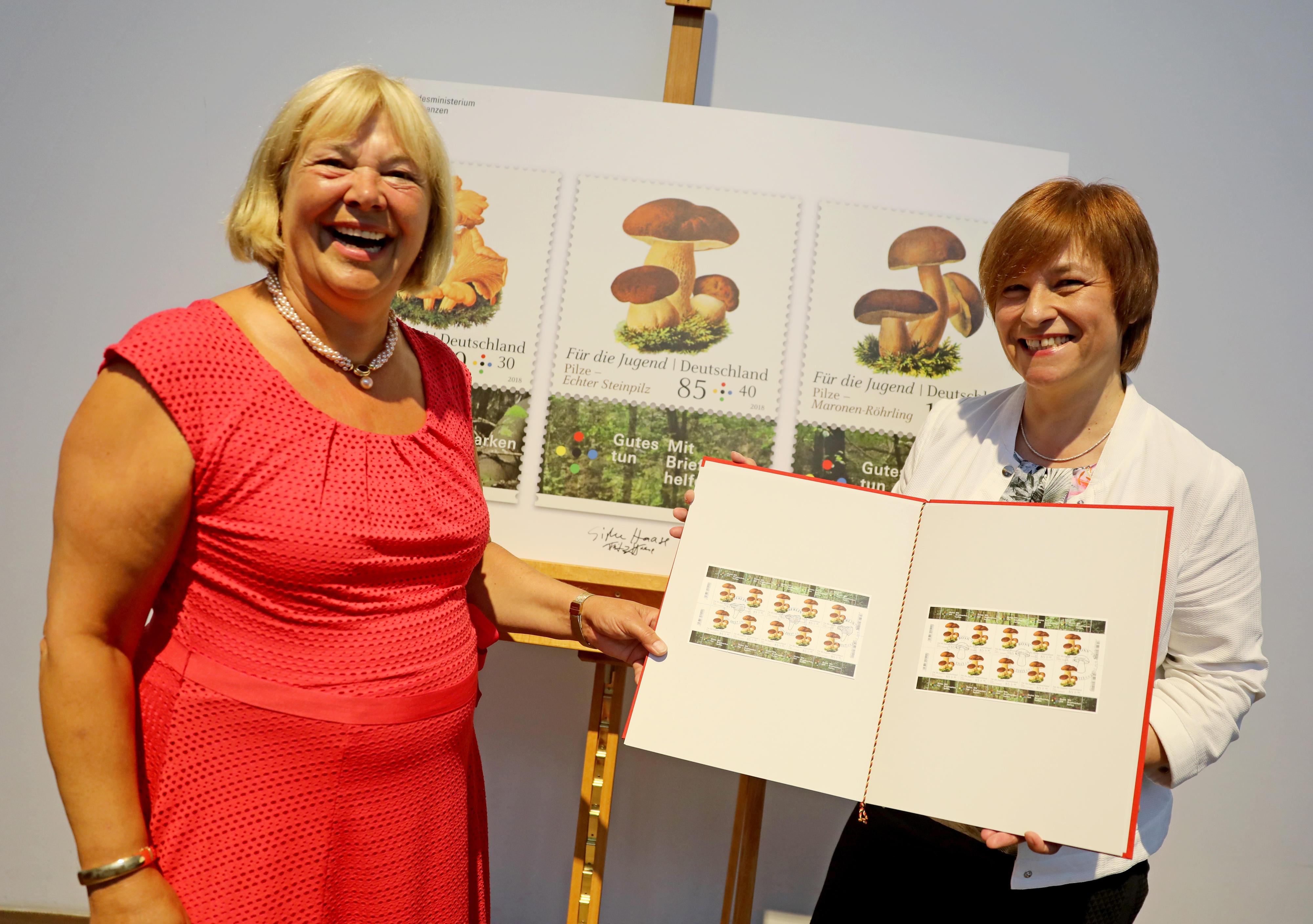 BMFSFJ - Caren Marks nimmt Briefmarkenserie \