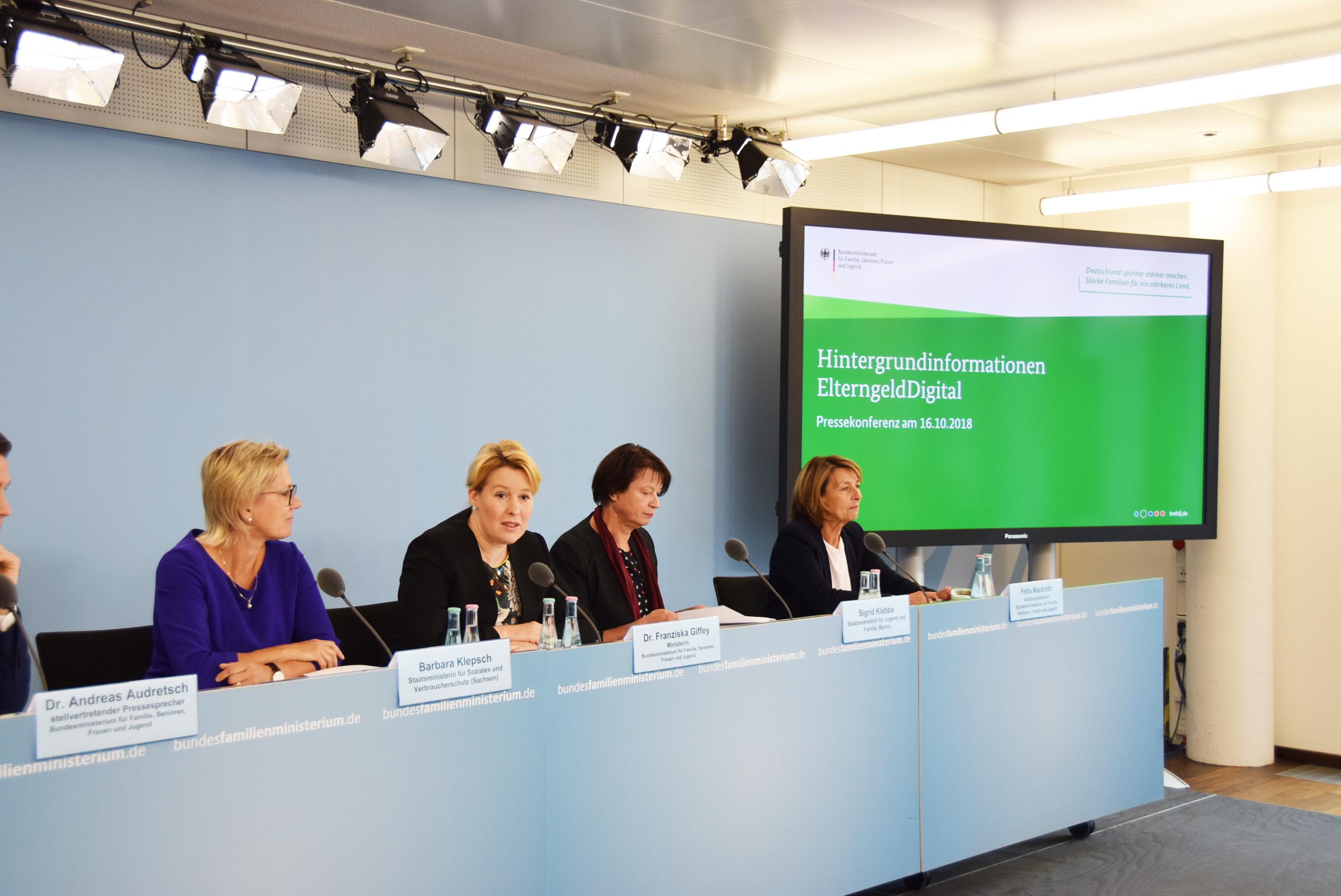 Das Bild zeigt Dr. Franziska Giffey mit drei Frauen auf einem Podium.