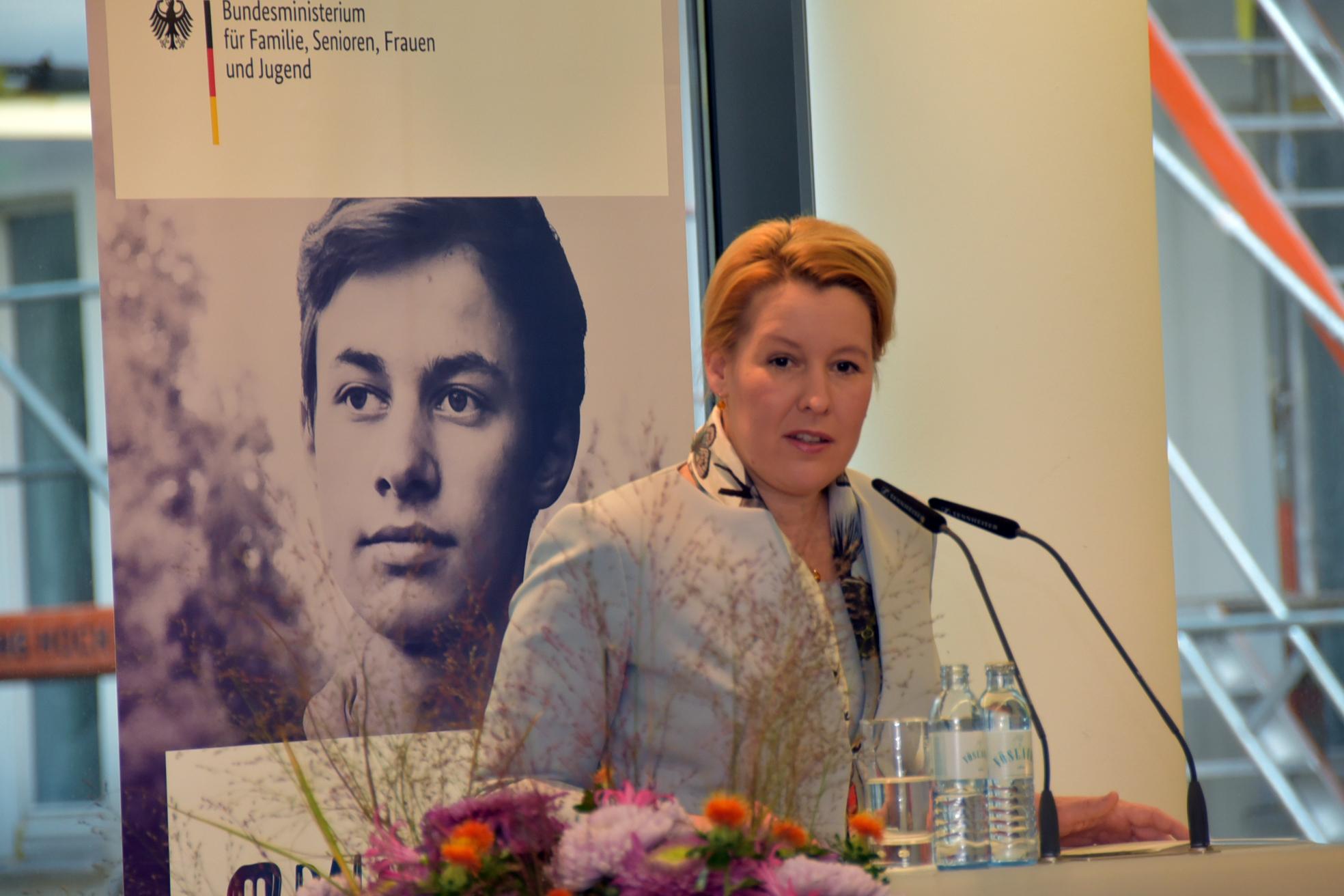 Das Bild zeigt Dr. Franziska Giffey am Rednerpult