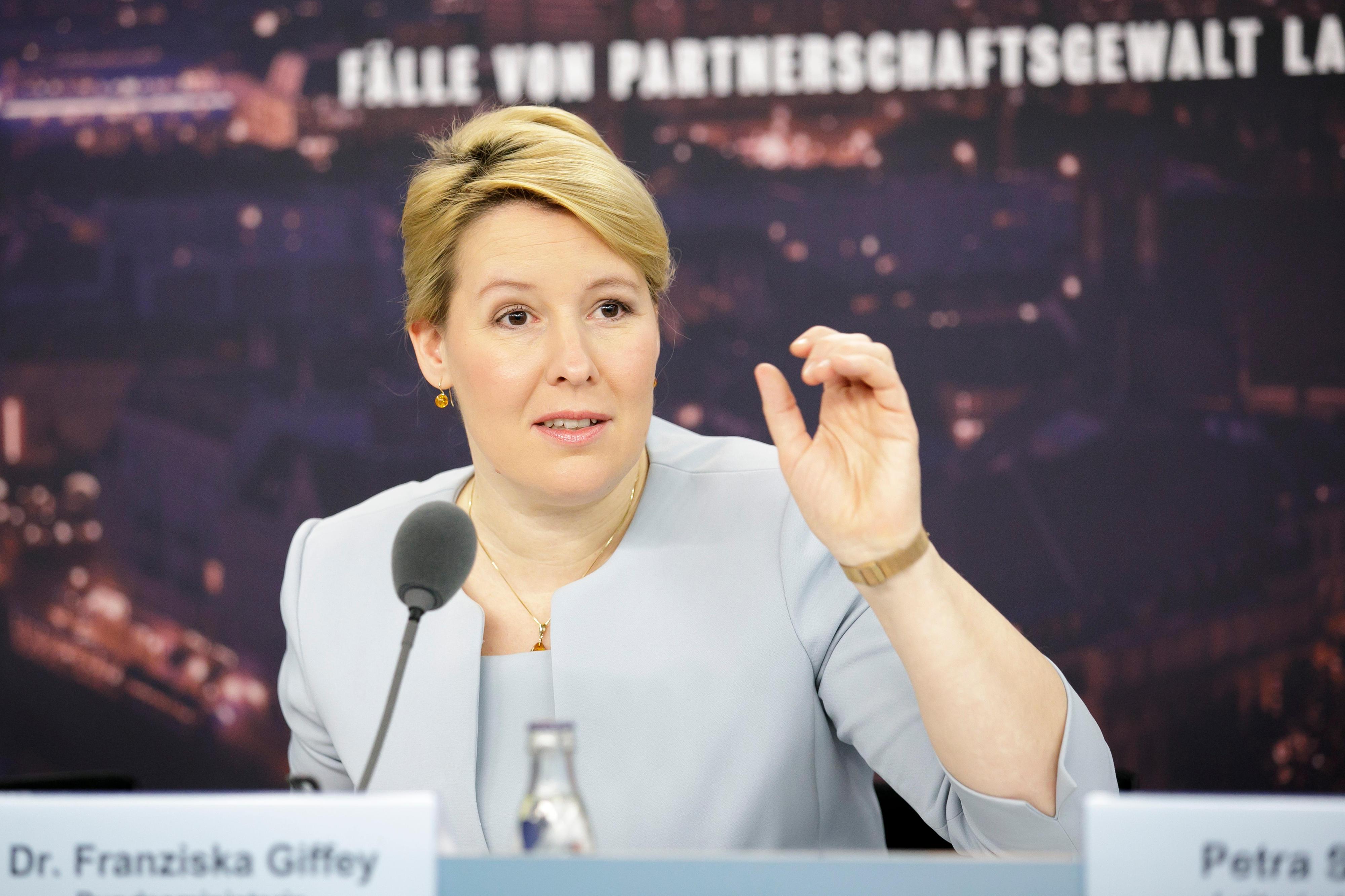 """Dr. Franziska Giffey auf der Pressekonferenz zur Initiative """"Stärker als Gewalt"""" vor einem Plakat zu Gewalt an Frauen"""