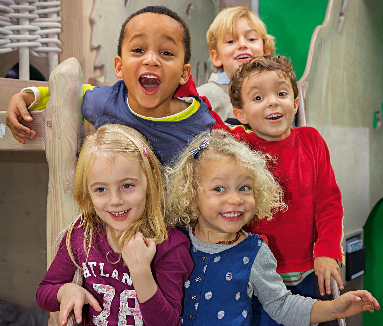 Das Bild zeigt fünf lachende Kita-Kinder